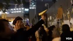 一些參與集會的人士摺紙飛機拋入政府總部公民廣場內 (美國之音 湯惠芸拍)