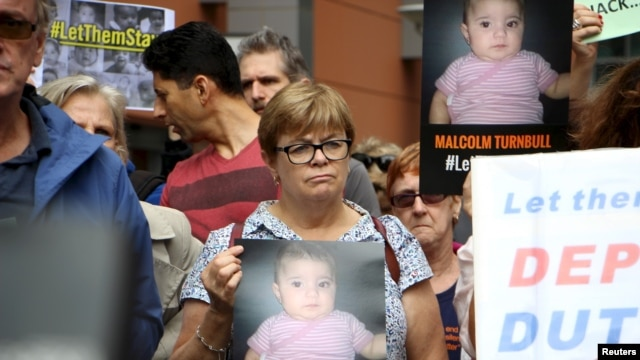 Activists hold placards and chant slogans as they protest outside the offices of the Australian Immigration Department in Sydney, Feb. 4, 2016. A public campaign on behalf of Baby Asah and her parents has prompted the immigration minister to allow the family to remain in the country instead of being sent back to a remote detention camp.