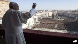 El papa Francisco saluda a los fieles luego de su discurso Urbi e Orbi.