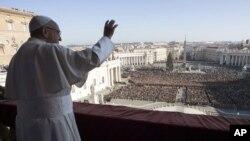 សម្តេចប៉ាប Francis បក់ដៃដាក់មនុស្សម្នាក្នុងសុន្ទរកថា Urbi et Orbi នៅថ្ងៃបុណ្យណូអែល នៅព្រះវិហារ St. Peter's Basilica នៃបុរីវ៉ាទីកង់ កាលពីថ្ងៃទី២៥ ខែធ្នូ ឆ្នាំ២០១៧។