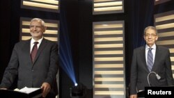 Amr Moussa e Abdel-Moneim Abolfotoh num debate televisivo no Cairo.