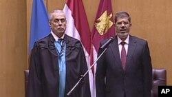 Foto yang diambil dari televisi Mesir ini menampilkan pengambilan sumpah Mohammed Morsi sebagai Presiden baru Mesir di hadapan Mahkamah Konstitusi di Kairo (30/6).