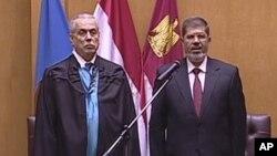 Ông Mohammed Morsi (phải) tuyên thệ nhậm chức tổng thống Ai Cập tại, ngày 30 tháng 6, 2012.