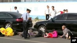 七名福建上访者6月3日到北京的美国大使馆门口企图集体服毒自杀,但很快被警察制止