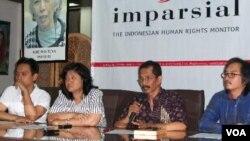 Pengamat masalah Aceh, Otto Syamsuddin Ishak (kedua dari kanan) dalam konferensi pers Imparsial didampingi Al Araf (paling kiri), di Jakarta (7/1).