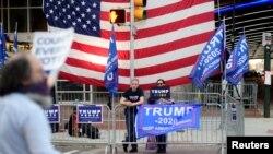 Para pendukung Presiden AS Donald Trump berunjuk rasa di luar Pennsylvania Convention Center, enam hari setelah pemilu di Philadelphia, Pennsylvania, AS, 9 November 2020. (Foto: REUTERS/Bastiaan Slabbers)