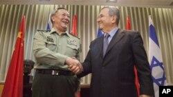 中國人民解放軍總參謀長陳炳德將軍8月14日在特拉維夫与以色列國防部長巴拉克握手