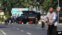 پولیس ہیڈکوارٹر پر حملے کے بعد سکیورٹی اہلکاروں نے سڑک بند کر رکھی ہے