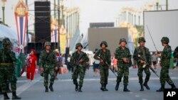 태국 군부가 22일 사실상 쿠데타를 선언한 가운데, 무장한 군인들이 방콕 친정부 시위장에 진입하고 있다.