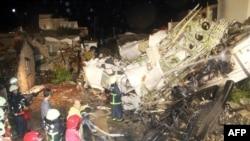 Petugas mencari jenazah korban di antara reruntuhan pesawat TransAsia Airways GE222 yang jatuh di Kepulauan Penghu, Taiwan (23/7).