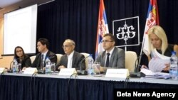 Generalni direktor Sektora za monetarne analize i statistiku NBS Branko Hinić sa saradnicima predstavlja izveštaj o inflaciji, 15. avgusta 2012.