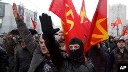 Ruski nacionalnisti, od kojih su neki podizali ruke u nacističkom pozdravu, protestuju zbog imigranata za vreme Dana nacionalnog jedinstva u Moskvi 4. novembra 2013.