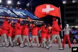 Даріо Колонья несе прапор Швейцарії
