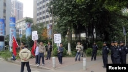 Người biểu tình tụ tập bên ngoài trụ sở chính của tờ Tuần báo Nam Phương ở Quảng Ðông, ngày 8/1/2013..