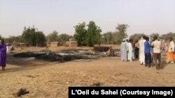 Les maisons incendiées à Moskata lors d'une incursion de Boko Haram, à l'extrême nord du Cameroun, 17 août 2017. (Photo : Journal l'Oeil du Sahel)