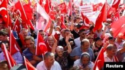 Les partisans de différents partis politiques rassemblés sur la place Taksim brandissent des drapeaux de la Turquie au cours d'un rassemblement organisé par l'opposition principale du Parti républicain du peuple (CHP), à Istanbul, Turquie, 24 juillet 2016.