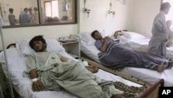 파키스탄 유세 현장에서 13일 발생한 폭탄 테러 부상자들이 병원에서 치료를 받고 있다.