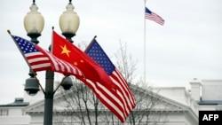 美中两国国旗在白宫前的路灯柱上飘扬。(资料照片)