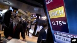 纽约股票交易市场的电视屏幕上显示美联储对利率的决定