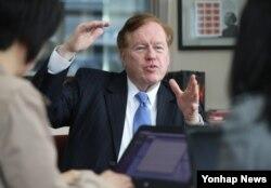 지난 4월 한국을 방문한 로버트 킹 미국 국무부 북한인권특사가 한국 언론사 기자들에게 미국의 북한인권 정책에 관해 설명하고 있다. (자료사진)