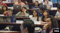 An undergraduate business class at Emory University's Goizueta Business School.