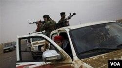 Pasukan pemberontak Libya siaga di atas kendaraannya di kota Ajdabiya, Libya (20/4). Negara-negara NATO sepakat untuk terus memberi bantuan kepada pasukan pemberontak.