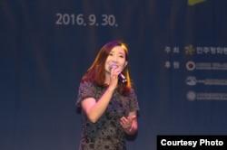 지난 30일 서울에서 열린 '문화로 여는 한반도 통일' 콘서트에서 탈북성악가 김정원 씨가 공연하고 있다.