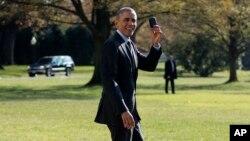 奥巴马总统在白宫南草坪手举黑莓手机