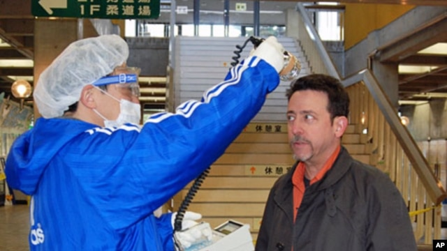 VOA's Northeast Asia Bureau Chief Steve Herman is tested for radiation contamination in Koriyama, Japan