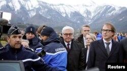 ທ່ານ Frank-Walter Steinmeier ລມຕ ຕ່າງປະເທດ (ກາງ) ລມຕ ຂົນສົ່ງ Alexander Dobrindt (ຂວາ) ຂອງເຢຍຣະມັນ ເດີນທາງໄປຮອດ ໃກ້ກັບບ່ອນສາຍການບິນ Germanwings Airbus A320 ໃກ້ເມືອງ Seyne-les-Alpes ວັນທີ 24 ມີນາ 2015.