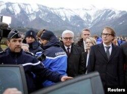 Ngoại trưởng Đức Frank-Walter Steinmeier đến thị sát hiện trường tai nạn bằng trực thăng.