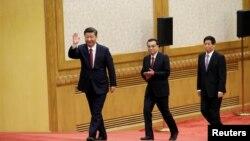 중국 공산당이 24일 중앙정치국 회의를 열어 제19기 중앙위원회 제4차 전체회의(4중전회)를 28~31일 개최하기로 확정했다. 사진은 지난 2017년 기자회견을 위해 베이징 인민대회당에 도착한 시진핑 중국 국가 주석, 리커창 국무원 총리, 리잔수 전인대 상무위원장.