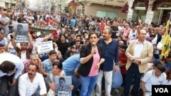 Tutuklu HDP milletvekili Sebahat Tuncel bir mitingte konuşma yaparken