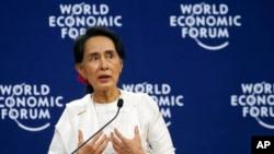 缅甸领导人昂山素季在世界经济论坛上发表讲话,称缅本可以更好的处理罗兴亚危机。越南首都河内,2018年9月13日。