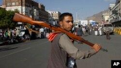 Seorang anggota pemberontak Houthi di Yaman (foto: dok). Pemberontak Syiah Houthi merebut istana Presiden di Aden, Yaman selatan.