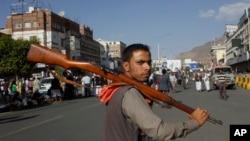 Seorang pemberontak Syiah Houthi bergabung dengan protes atas serangan udara Arab Saudi di Sana'a, Yaman (1/4). (AP/Hani Mohammed)
