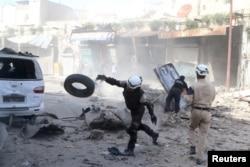 Lực lượng dân phòng Syria tìm kiếm người sống sót sau một cuộc không kích ở Aleppo, ngày 16/4/2016.