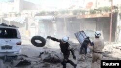 شہری دفاع کے اہکار شام کے شہر حلب میں ایک فضائی کارروائی کے بعد زندہ بچنے والوں کو تلاش کر رہے ہیں۔