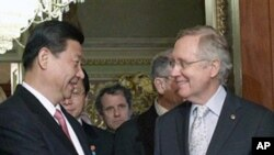 چینی نائب صدر ژی شین پنگ امریکی سینیٹ میں اکثریتی لیڈر ہیری ریڈ سے ہاتھ ملاتے ہوئے