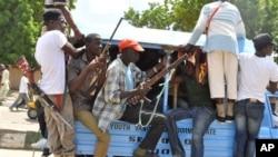 'Yan sintiri da Mafarauta, rike da bindigogi sun taru kofar fadar Sarki a Maiduguri, 4 ga Satumba 2014.