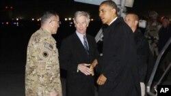 Başkan Barack Obama Afganistan'ın Bagram hava üssünde karşılanırken
