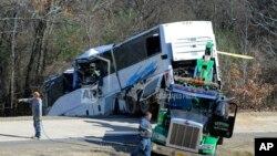 El accidentado autobús de un grupo juvenil de fútbol de una escuela de Tennessee es rescatado el 3 de diciembre de 2018, luego de que se saliera de una rampa en la interestatal 30, cerca de Benton, Arkansas.