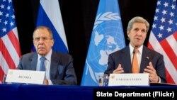 国际叙利亚支援小组2016年2月12日全体会议结束后,俄罗斯外长拉夫罗夫(左)和美国国务卿克里在德国慕尼黑记者会上。