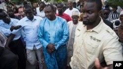 លោក Adama Barrow ប្រធានាធិបតីជាប់ឆ្នោតរបស់ប្រទេសហ្គំប៊ី (រូបកណ្តាល) ធ្វើដំណើរបន្ទាប់ពីកិច្ចប្រជុំមួយជាមួយនឹងគណៈប្រតិភូ Ecowas នៅក្នុងក្រុង Banjul ប្រទេសហ្គំប៊ី កាលពីថ្ងៃទី១៣ ខែធ្នូ ឆ្នាំ២០១៦។