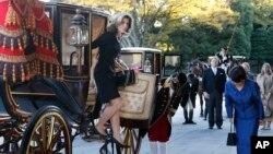 Bà Caroline Kennedy bước ra từ xe ngựa khi đến Cung điện Hoàng gia ở Tokyo, ngày 19/11/2013.
