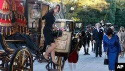 Dubes AS Caroline Kennedy keluar dari kereta untuk bertemu Kaisar Akihito di istana Kaisar di Tokyo, Selasa (19/11).
