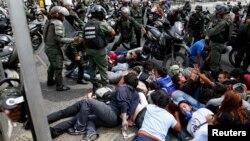 La Guardia Nacional Bolivariana detuvo a cientos de estudiantes, de los cúales 164 permanecen arrestados.