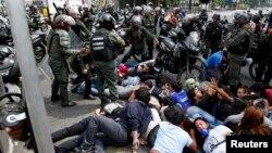 """Efectivos militares asaltaron el 8 de mayo los """"campamentos de la resistencia"""" instalados en varias puntos de Caracas."""