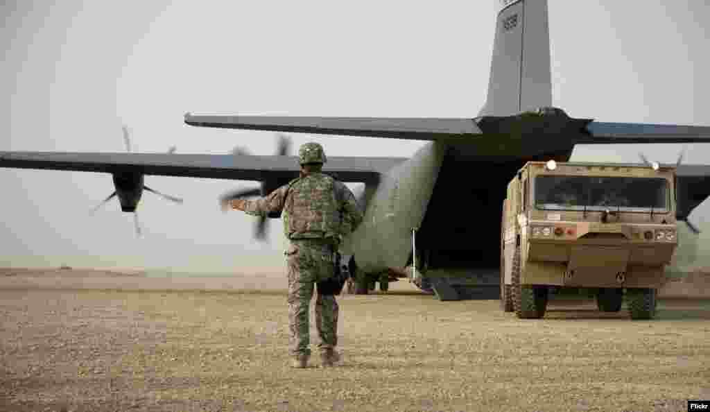 این وابستگی، احتمالا طرح دونالد ترمپ، رئیس جمهور امریکا برای کاهش حضور نظامی خود در افغانستان را با چالش روبرو کند. منتقدان این طرح باور دارند که کاهش ناگهانی سربازان امریکایی در افغانستان که سرگرم ارایه آموزشهای نظامی به نیروهای افغان هستند، افغانستان را با مشکلات جدی امنیتی روبرو خواهد کرد.