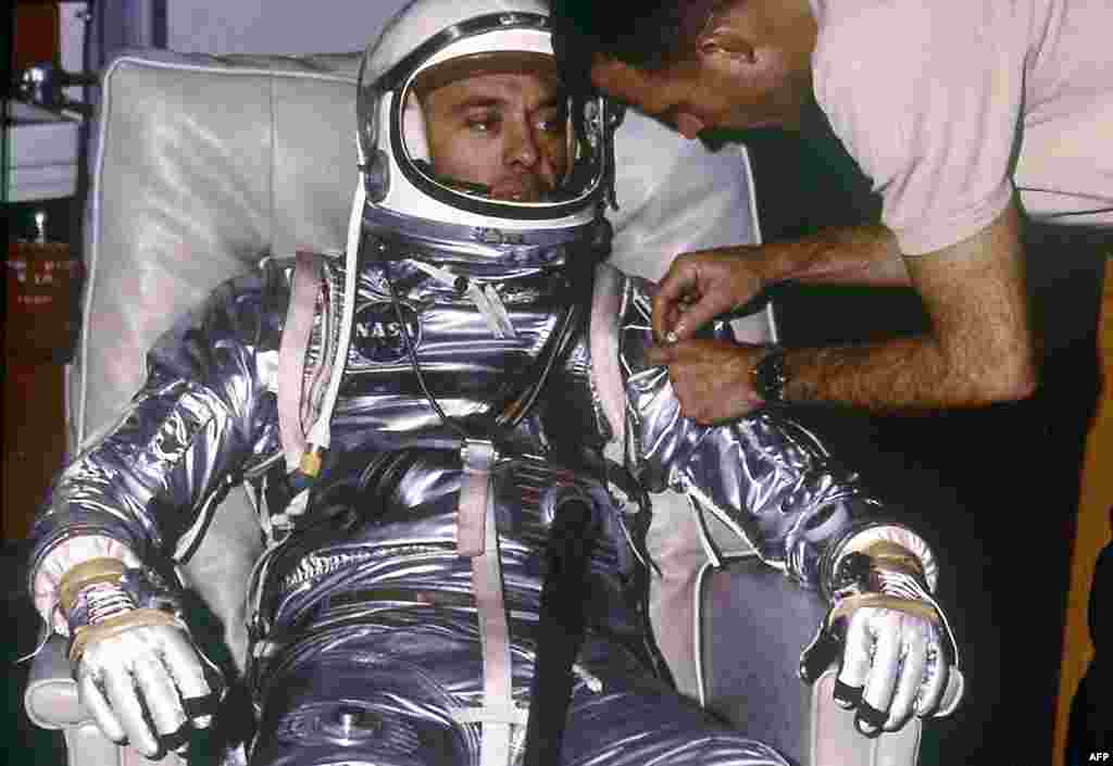 1961: Phi hành gia Alan B. Shepard, Jr. trong lúc thử trang phục chuẩn bị cho chuyến bay chuẩn-quỹ đạo MR-3 đầu tiên. Chuyến bay sử dụng tàu Freedom 7, được tống đi bằng thiết bị phóng Mercury-Redstone, rời bệ phóng ngày 5 tháng 5, 1961.